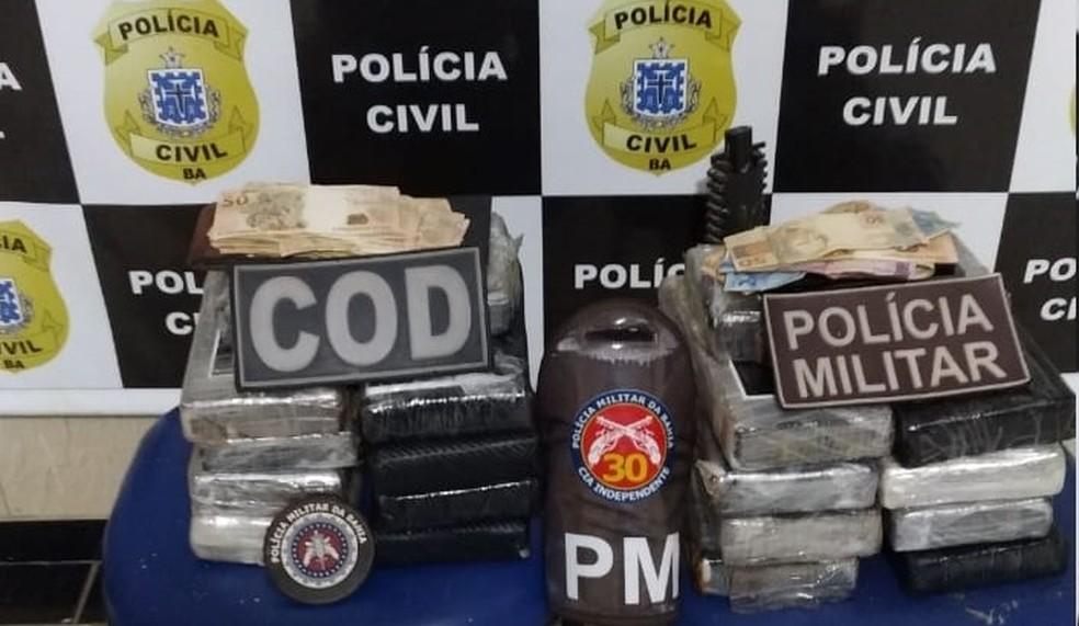 Homem é preso na Bahia ao ser flagrado com 18 tabletes de cocaína em fundo falso de carro  — Foto: Divulgação/SSP-BA
