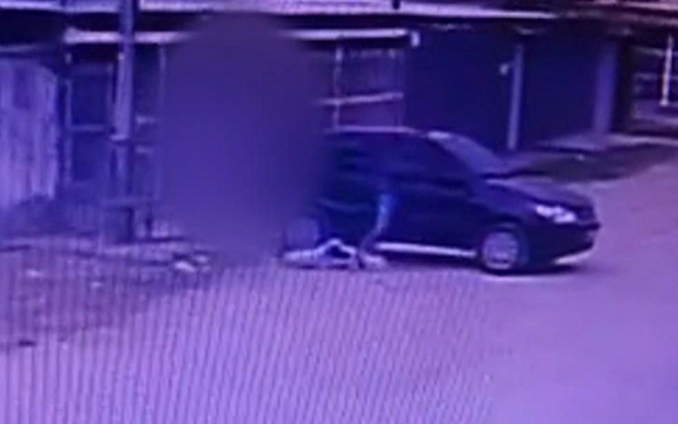 Bandido joga sacola com compras para fora do carro antes de roubá-lo, no Recife — Foto: Reprodução/WhatsApp