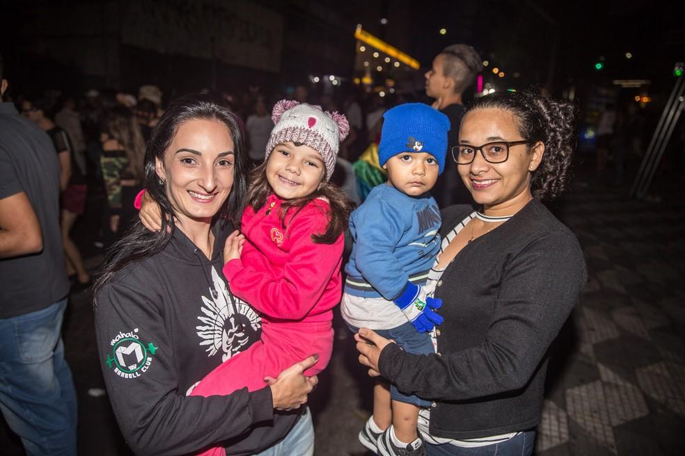 Fabiane (esq.) com a filha, Monique, e Jaqueline (dir.), com o filho, Mathias: (Foto: Fabio Tito/ G1)