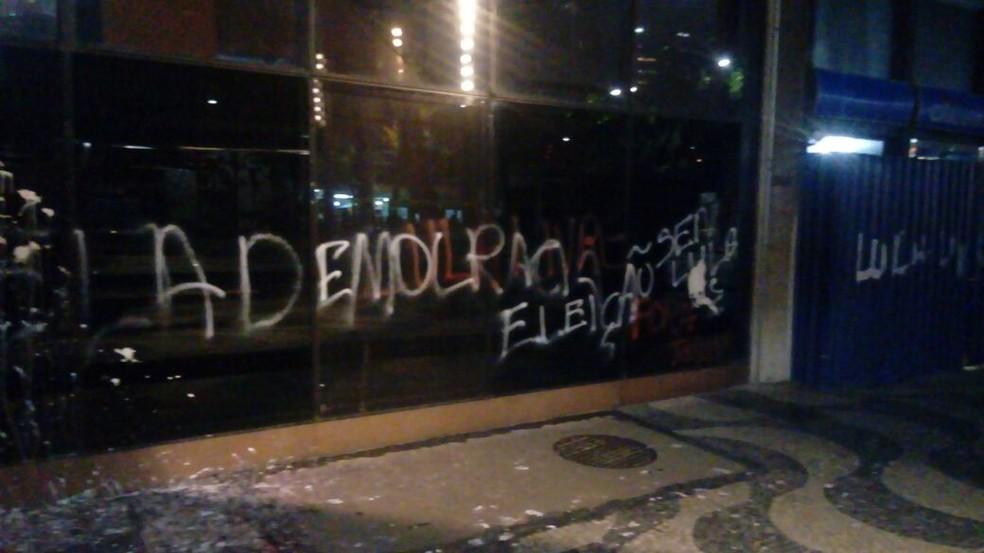 Fachada da Justiça Federal, no Centro do Rio, é pichada após manifestação na região (Foto: Divulgação/TRF)
