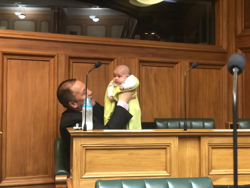 Outro membro do Parlamento também publicou uma foto do próprio Tāmati Coffey segurando o filho no trabalho. — Foto: Reprodução/Twitter Gareth Hughes