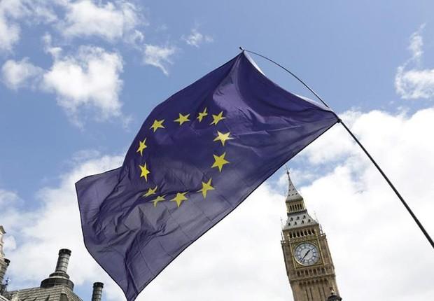 Bandeira da União Europeia (UE) é vista diante do Big Ben durante protesto contra o Brexit  em Londres  (Foto: Paul Hackett/Reuters)