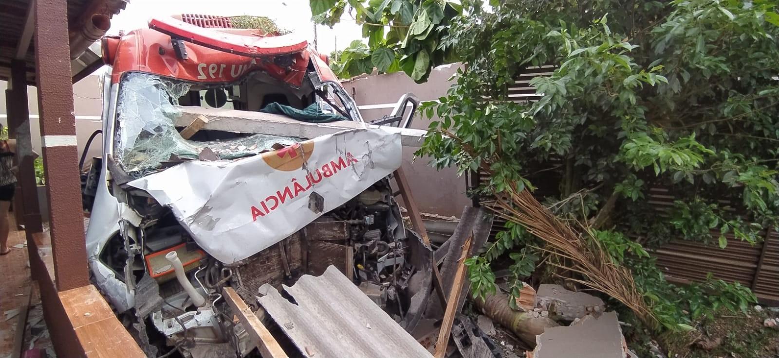 Após assalto, motorista persegue suspeito com ambulância e se envolve em acidente, em Cascavel, diz PM