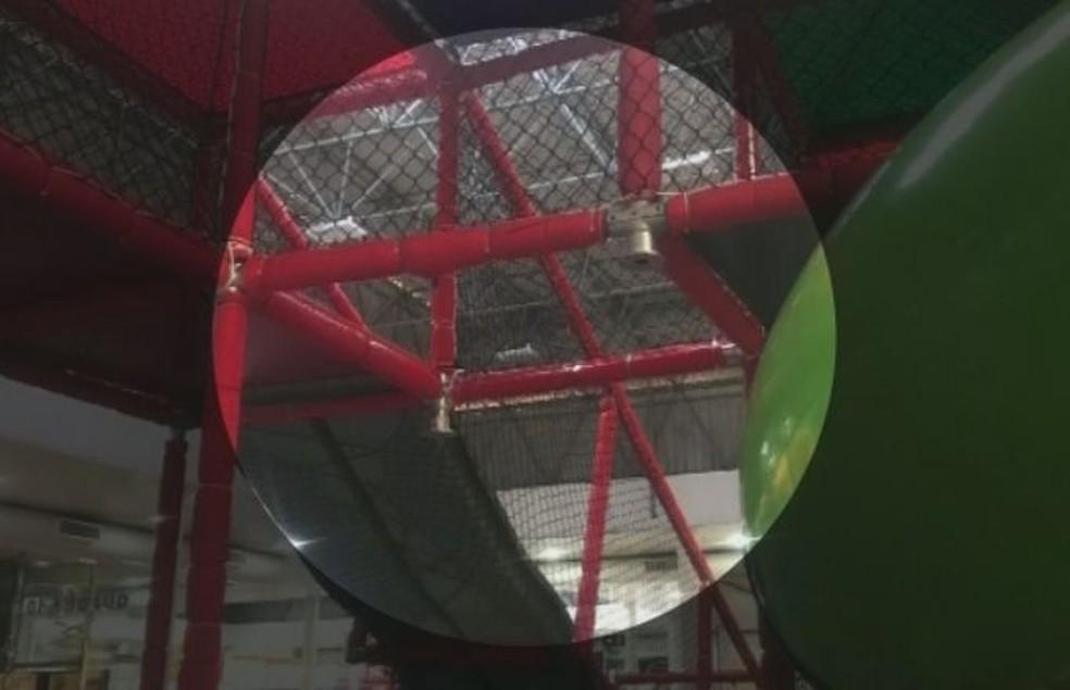 Menina caiu da altura de cerca de 3 metros, segundo os familiares, do brinquedo no shopping de MarAi??lia (Foto: TV TEM / ReproduAi??A?o )
