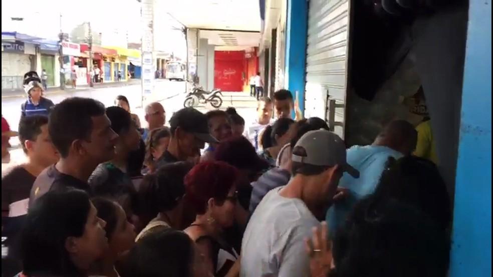 Em Casa Amarela, na Zona Norte do Recife, houve correria na abertura de uma loja de eletrodomésticos (Foto: Reprodução/TV Globo)