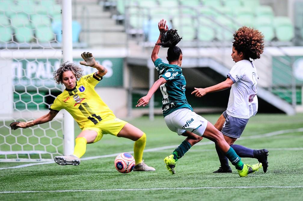 Carol Aquino em ação pela Realidade Jovem contra o Palmeiras no Paulistão — Foto: Rodrigo Corsi/Paulistão