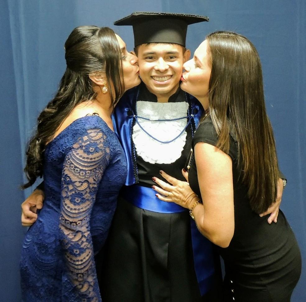 Após enfrentar o tratamento contra leucemia Joilson conseguiu concluir a faculdade e se formar em engenharia (Foto: Arquivo pessoal)