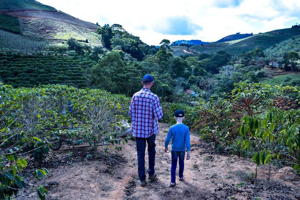 Pai e filho em propriedade rural de Itarana, no Espírito Santo (Foto: Vinícius Gonçalves/ TV Gazeta)