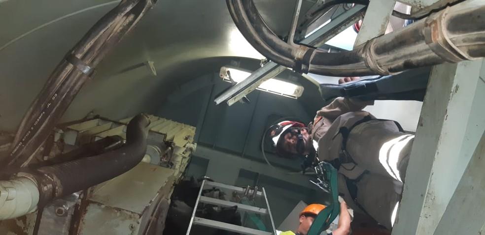 Bombeiros realizaram operação em escotilha de navio, onde operador de guincho passou mal e ficou paralisado, no Porto do Recife — Foto: Corpo de Bombeiros/Divulgação