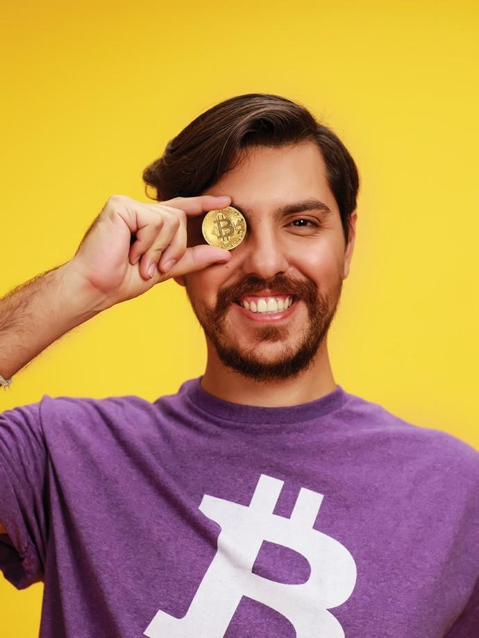 Nosso editor Nathan Fernandes topou o desafio de utilizar apenas bitcoins  (Foto:  Julia Rodrigues e Tomás Arthuzzi)