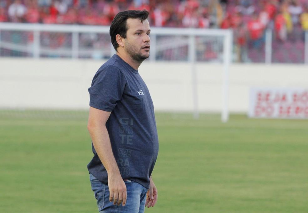 Técnico Daniel Paulista estava no  Confiança — Foto: Osmar Rios/GloboEsporte.com