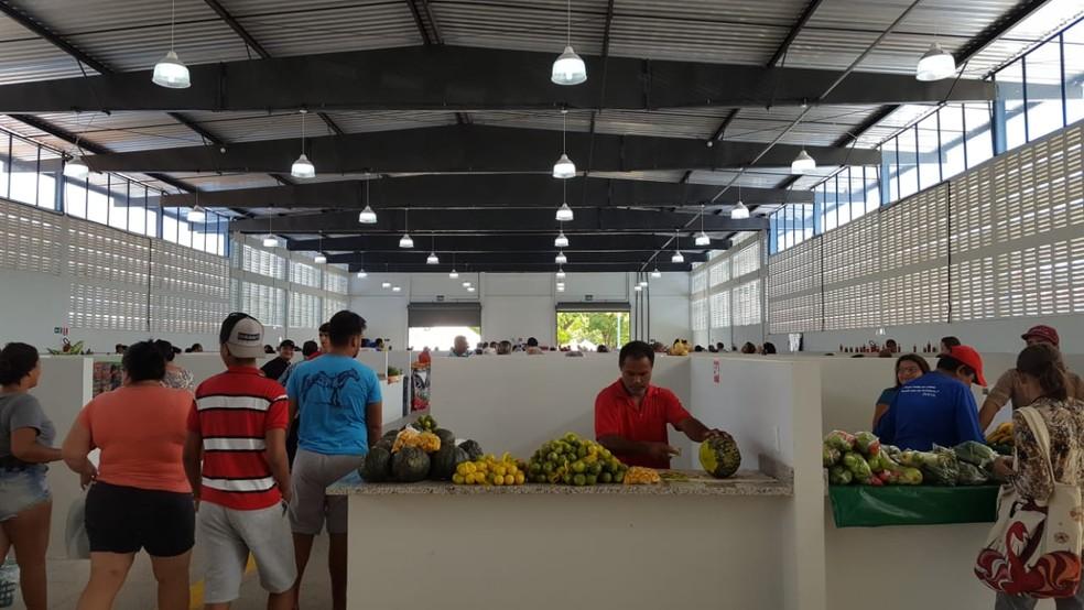 Clientes aprovaram a nova estrutura e dizem que comerciantes parecem até estar mais confortáveis (Foto: Natália Pessoa/Rede Amazônica)