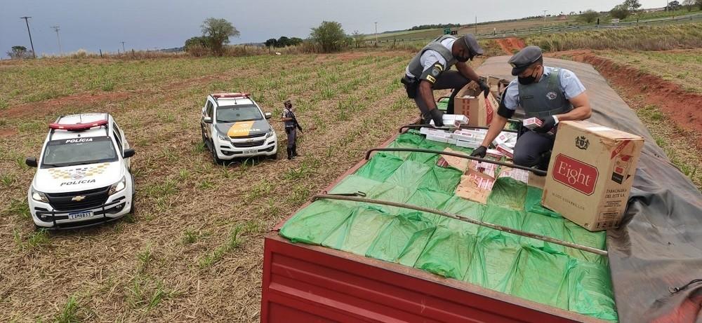 Com carga de 400 mil maços de cigarros contrabandeados do Paraguai, caminhoneiro tenta escapar de abordagem policial, mas acaba preso