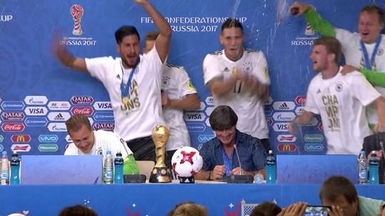 """Löw leva """"banho"""" e decreta: """"Alemanha continua sendo o melhor time do mundo"""""""