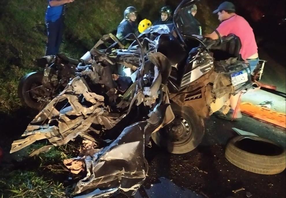 Carro bate de frente em caminhão, e duas pessoas morrem na PR-092, em Siqueira Campos