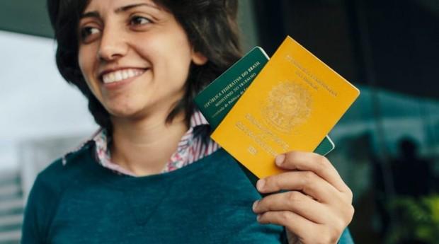 Maha Mamo com seus documentos brasileiros (Foto: ACNUR)