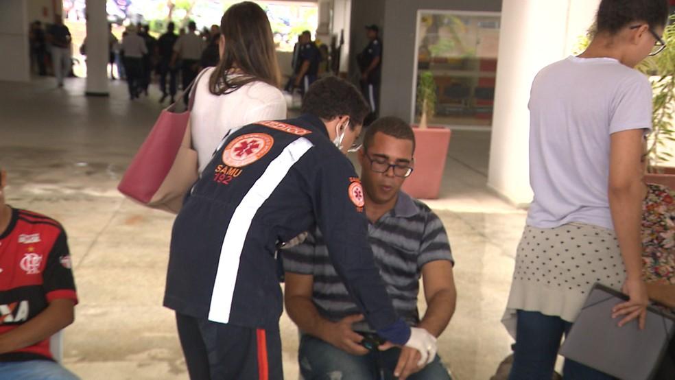 Equipes do Samu realizaram atendimento a estudantes ainda na Central de Aulas da UEPB — Foto: Reprodução/TV Paraíba