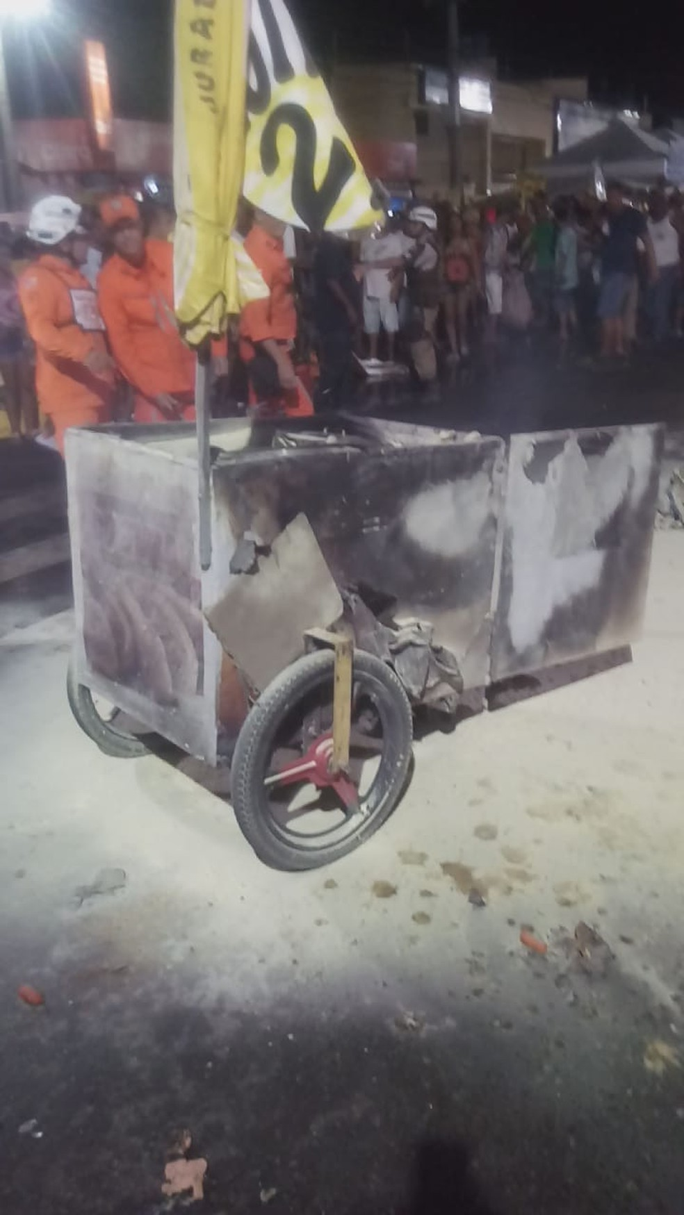 Carro de cachorro quente pegou fogo — Foto: Divulgação/Corpo de Bombeiros