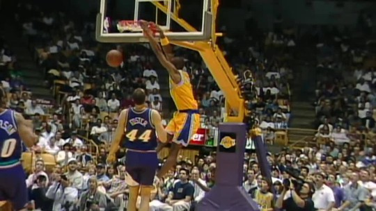 Raio X: Kobe Bryant brilhou mais usando a camisa número 8 ou 24 nos Lakers?