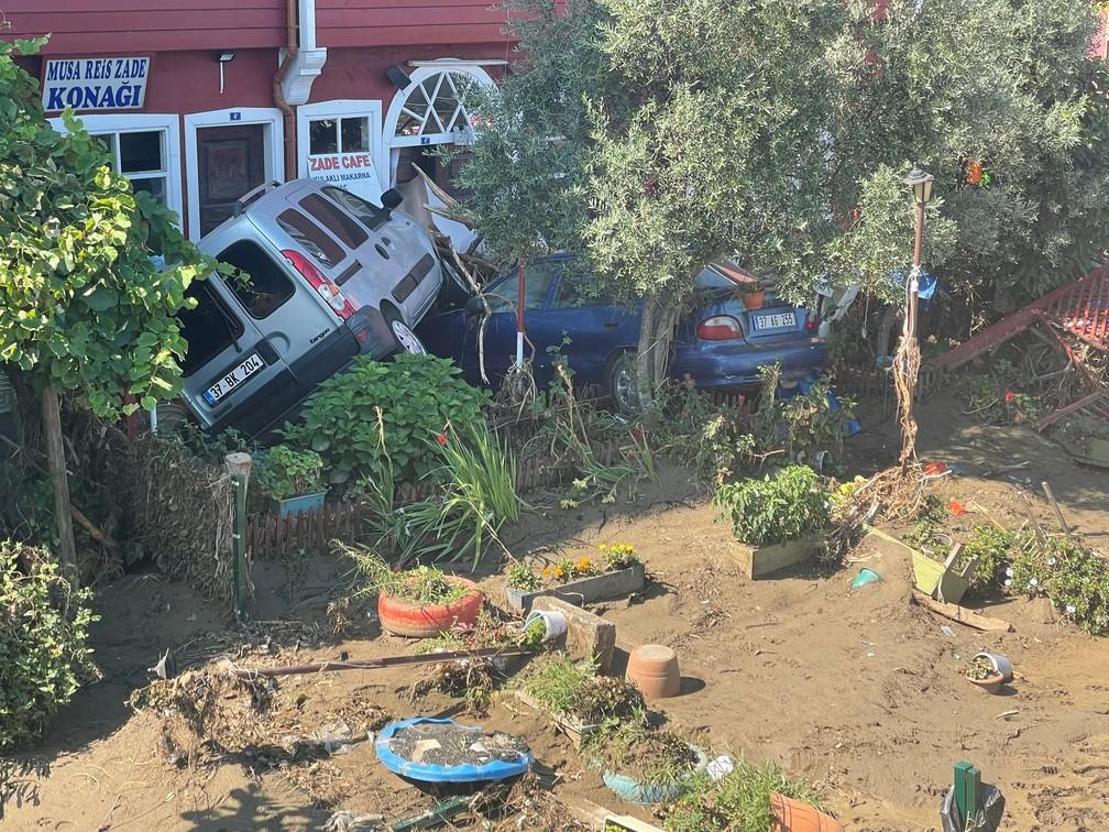 Veículos danificados após enchentes na cidade de Ilisi, Turquia — Foto: Mehmet Emin Caliskan/Reuters