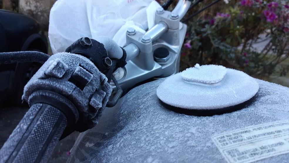 Moto coberta por camada de gelo no Capivari, em Campos do Jordão — Foto: Andre Bias/TV Vanguarda