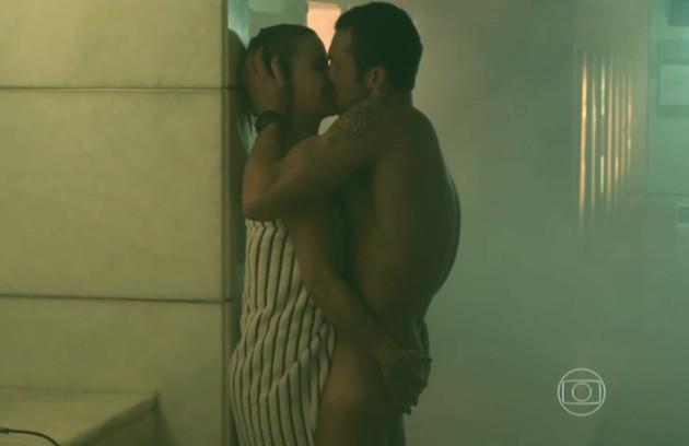 Guilhermina Guinle (Pia) e Adriano Toloza (Igor) em sequência de sexo no vestiário da academia (Foto: Reprodução)
