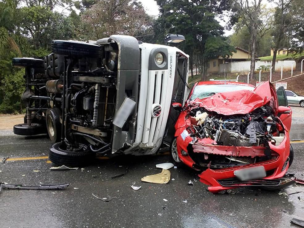 Apesar dos danos materiais, apenas o ajudante do caminhoneiro teve ferimentos leves (Foto: Arquivo Pessoal/Sérgio Santos)