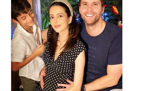 A atriz Mari Vaz está grávida do ator Thiago Fragoso, que comentou na web que o menino 'nada feito golfinho' na barriga da mulher Reprodução/Instagram