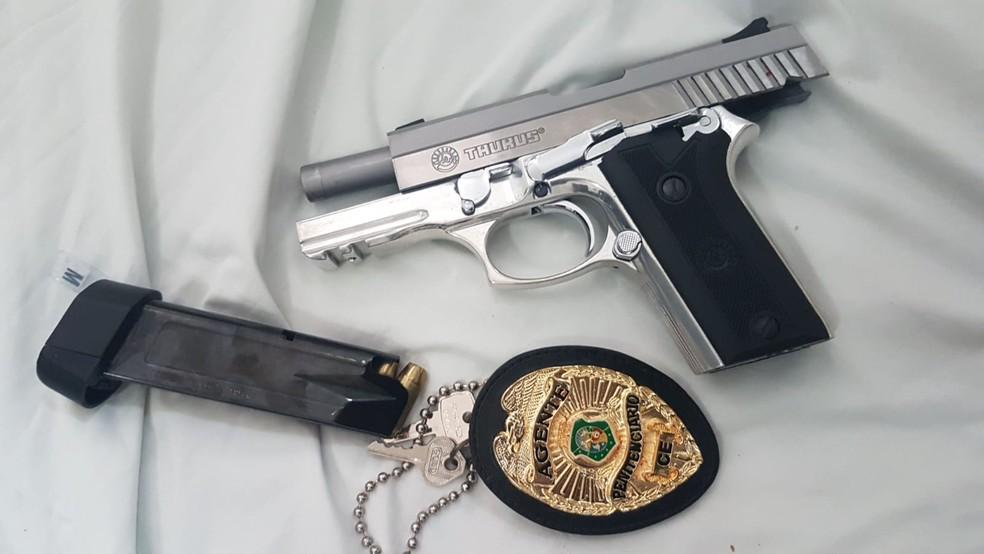 Arma apreendida com agente penitenciário que teria tentado fraudar concurso da Fundac. — Foto: Divulgação/PMPB
