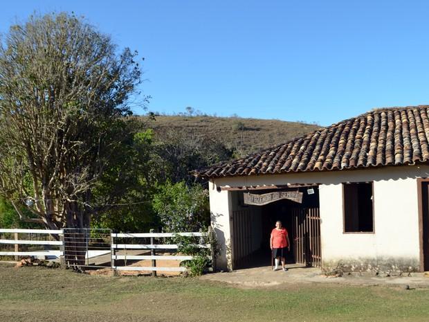 Dona Antônia na porta do casarão de 200 anos, na fazenda de São Tiago (Foto: Samantha Silva / G1)
