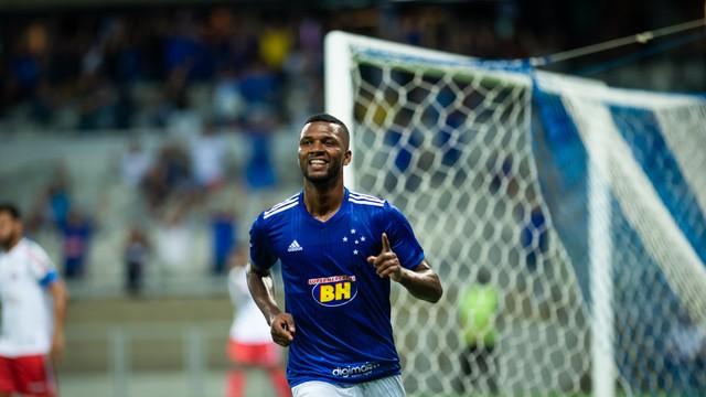 Thiago comemora gol pelo Cruzeiro