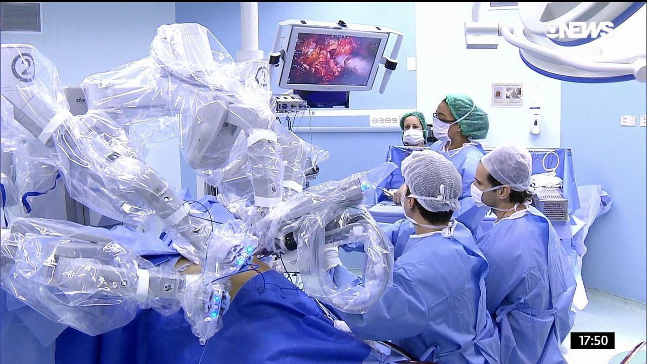 Na estreia da série, as cirurgias robóticas