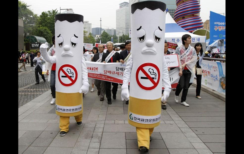 Pessoas fantasiadas de cigarros participam de marcha durante campanha sul-coreana no Dia Mundial Sem Tabaco em Seul no ano de 2016 (Foto: Reuters)