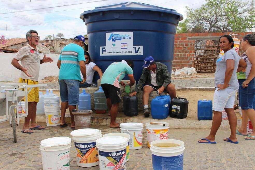 Com as torneiras vazias, população de Santana do Matos precisa recorrer aos chafarizes para ter o que beber (Foto: Anderson Barbosa/G1)