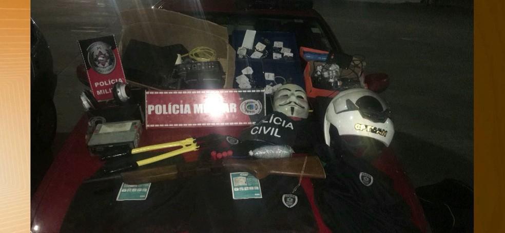 Jovem estava com fardas e distintivo da polícia, dinamite e colete em Campina Grande (Foto: Reprodução/TV Paraíba)