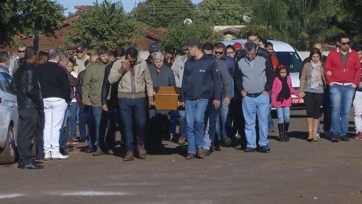 Rapaz morto em tentativa de assalto é enterrado em Cândido Mota