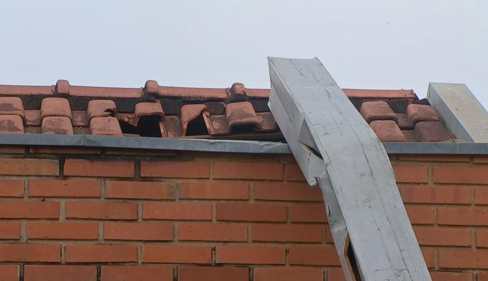 Estrutura da festa atingiu o telhado de uma casa em Pirajuí  — Foto: Willian Silva/ TV TEM