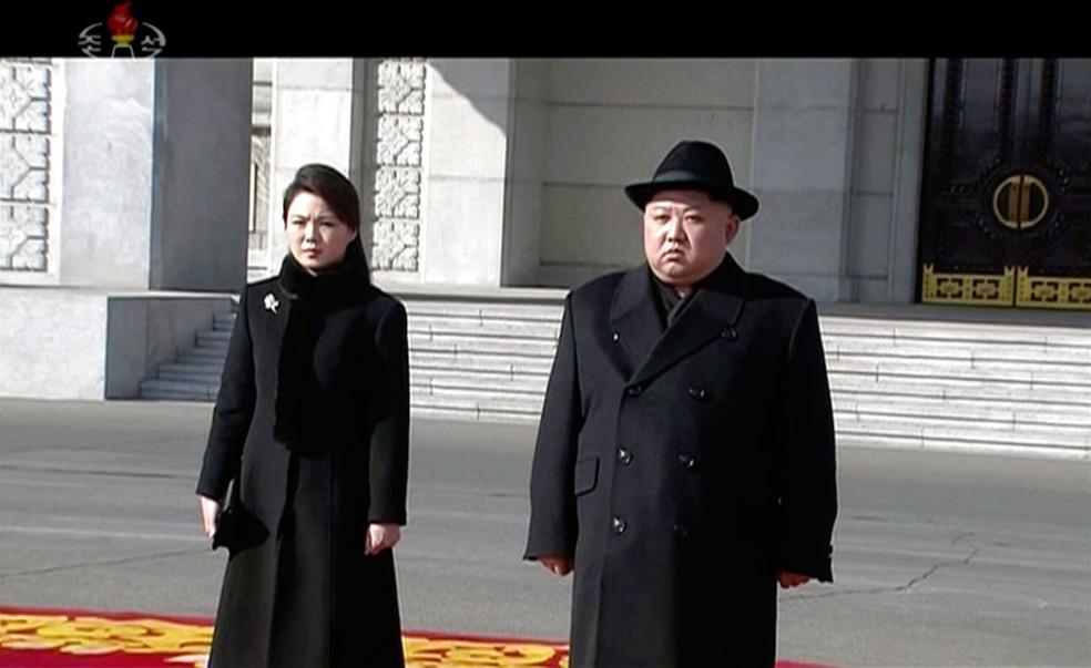 Líder da Coreia do Norte, Kim Jong-un, ao lado da mulher, Ri Sol-ju, em Pyongyang, em imagem de arquivo (Foto: KRT via AP)