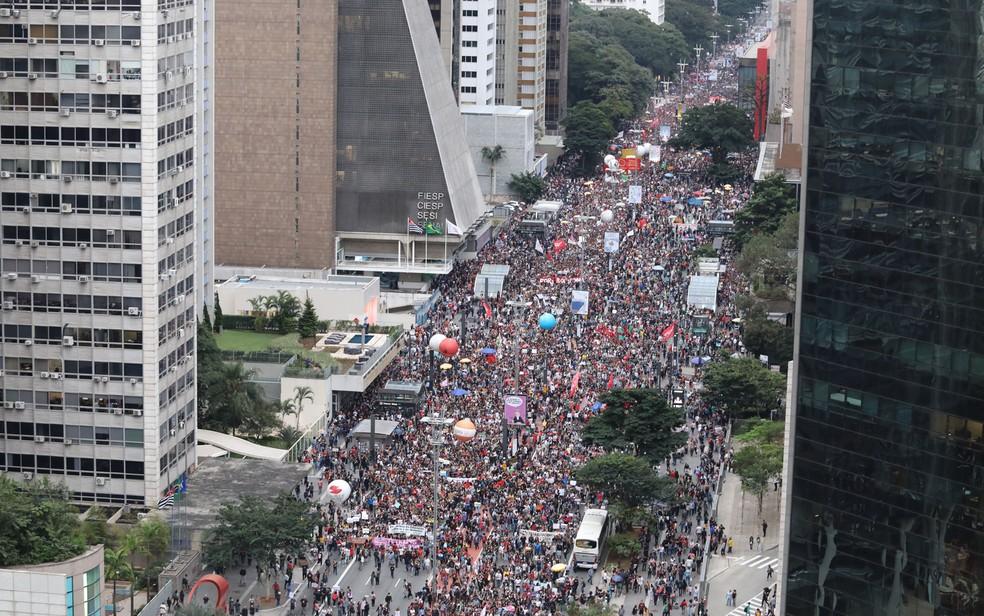Estudantes e professores fazem ato na Avenida Paulista contra cortes na educação — Foto: Fábio Tito/G1