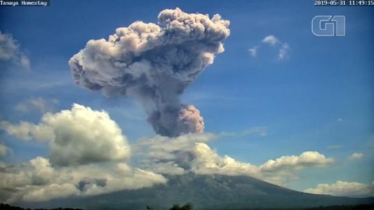 Vulcão entra em erupção em Bali, na Indonésia, pela segunda vez em uma semana; veja VÍDEO