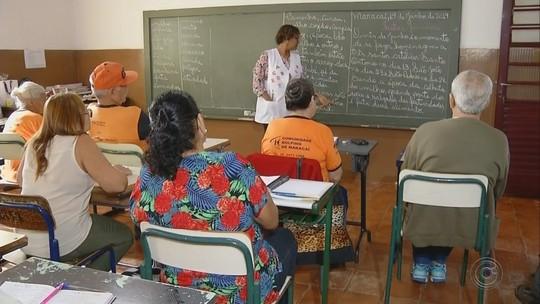 Professora voluntária ensina adultos e idosos a ler e escrever em Maracaí