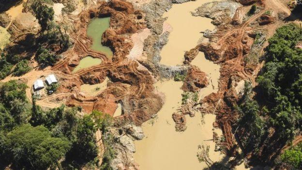 Garimpo ilegal de ouro na Terra Indígena Kayapó, no Pará; atividade se tornou principal vetor de desmatamento em áreas protegidas do Xingu (Foto: ISA via BBC)