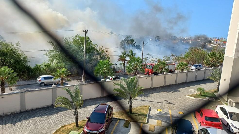 Fumaça se espalhou rapidamente e chegou próximo a um condomínio residencial do bairro. — Foto: Arquivo pessoal