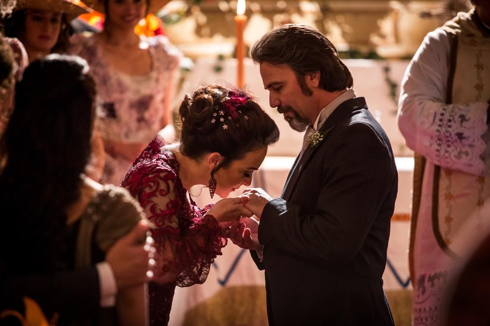 Julieta diz sim para Aurélio  — Foto: Fabiano Battaglin/Gshow