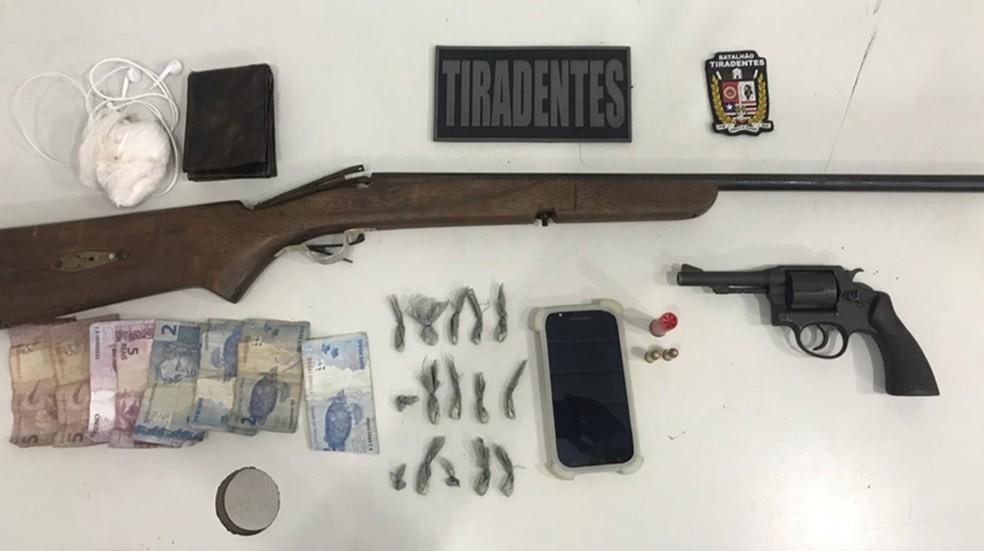 Armas, munição e drogas foram encontrados com os suspeitos após a prisão na zona rural de São Luís (MA). — Foto: Divulgação/Polícia Militar