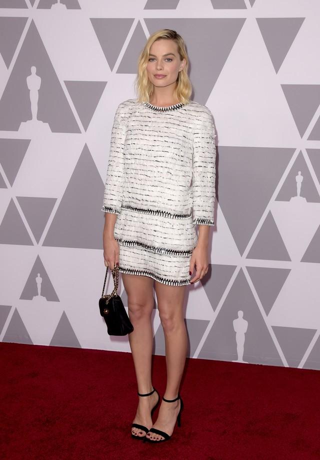 Margot Robbie veste Chanel em evento de anúncio aos indicados ao Oscar de 2018 (Foto: Getty Images)