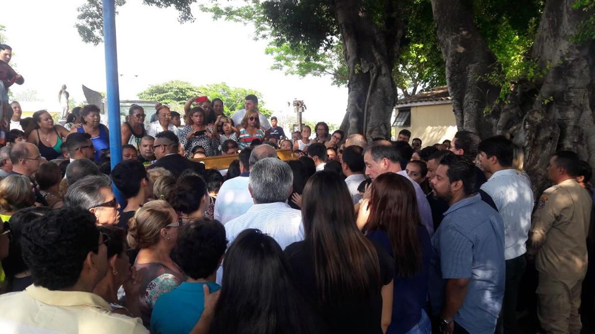 Corpo do prefeito Ruiter Cunha é sepultado em Corumbá, MS