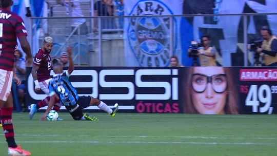 Bola bate no braço de Léo Moura, e juiz marca pênalti para o Flamengo; veja