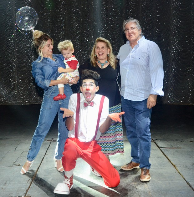 Enrico, filho de Karina Bacchi curte noite no circo ao lado do filho, Enrico, e dos pais, Nádia e Ítalo (Foto: Eduardo Martins/AgNews)