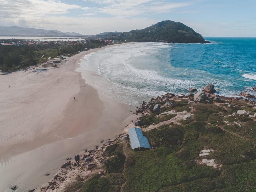 Praia da Ferrugem, em Garopaba, é um dos locais onde a permanência é proibida por causa da Covid — Foto: Murilo da Rosa/Reprodução